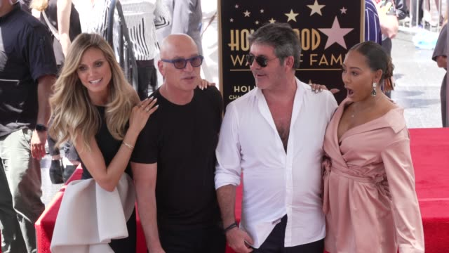 heidi klum, howie mandel, simon cowell and mel b at the simon cowell honored with a star on the hollywood walk of fame on august 22, 2018 in... - ハイディ・クルム点の映像素材/bロール