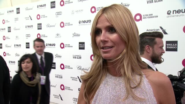 vídeos de stock, filmes e b-roll de interview heidi klum on being at the event and on elton john at the 23rd annual elton john aids foundation academy awards viewing party sponsored by... - festa do oscar