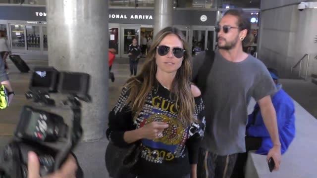vídeos de stock, filmes e b-roll de heidi klum vito schnabel arriving at lax airport in los angeles in celebrity sightings in los angeles - heidi klum