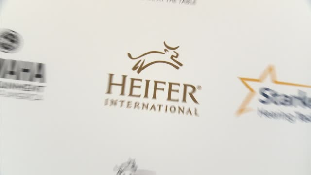 atmosphere heifer international hosts 3rd annual beyond hunger a place at the table gala at montage beverly hills on august 22 2014 in beverly hills... - montage beverly hills video stock e b–roll