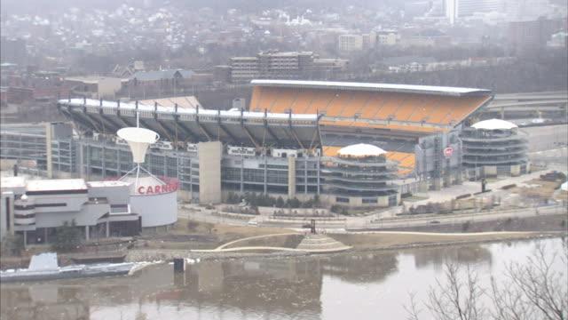 vídeos y material grabado en eventos de stock de heinz field football stadium across ohio river lower frame home to the national football league pittsburgh steelers pa - río ohio