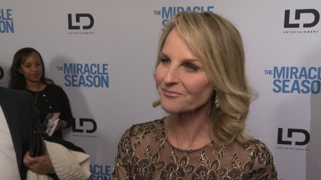 interview helen hunt on what makes this story so special how she hopes the audience feels after seeing this film and why putting on that coaches... - proiezione evento pubblicitario video stock e b–roll