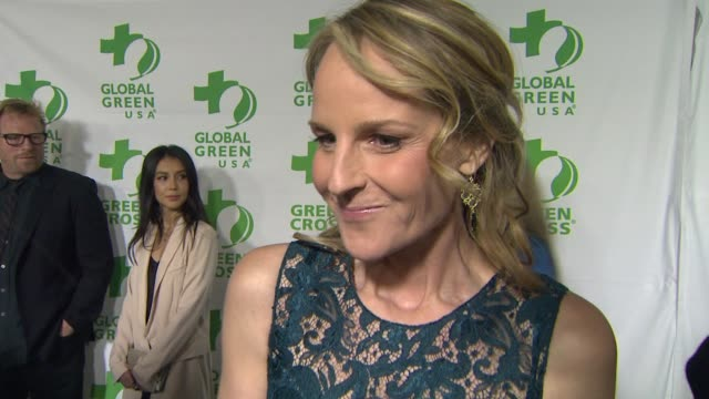 vídeos de stock e filmes b-roll de interview helen hunt on what she appreciates about the work global green usa is doing when this became a cause important to her at global green usa's... - festa do óscar