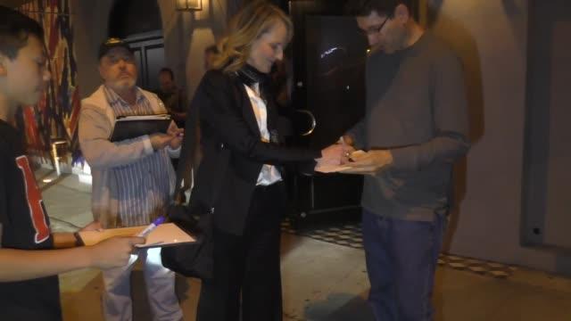vídeos y material grabado en eventos de stock de helen hunt signs autographs for fans outside craig's in west hollywood at celebrity sightings in los angeles on july 12, 2019 in los angeles,... - autografiar