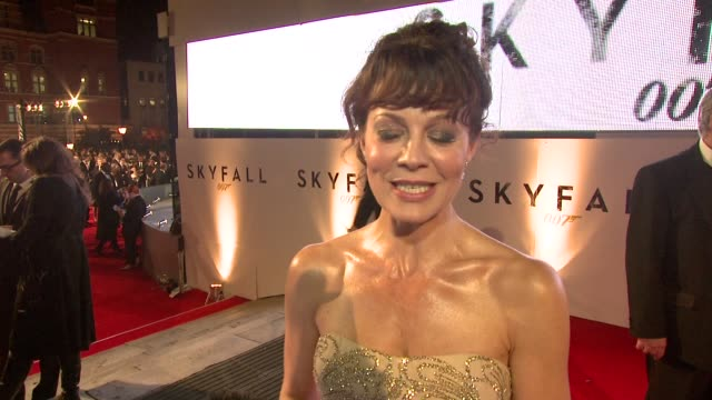 helen mccrory on celebrating britain, being part of the franchise, how she got involved, what it was like on set at 'skyfall' royal world premiere at... - ヘレン マックローリー点の映像素材/bロール