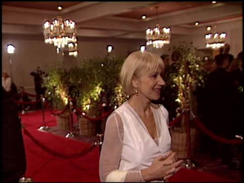 vídeos de stock, filmes e b-roll de helen mirren at the 2005 dga director's guild of america awards at the beverly hilton in beverly hills california on january 29 2005 - director's guild of america