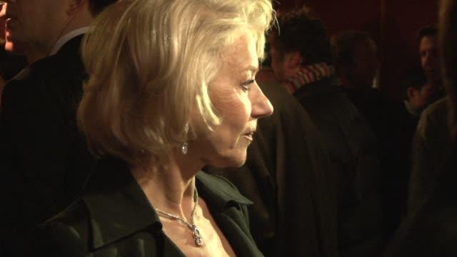 vidéos et rushes de helen mirren at the the last station premiere at london england - en dernier