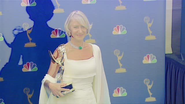 """vidéos et rushes de helen mirren, winner outstanding lead actress in a miniseries or a movie for """"elizabeth i"""" at the 2006 emmy awards press room at the shrine... - helen mirren"""