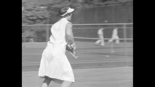 vs helen wills moody practicing / slow motion serve backhand return / cu her face / note exact day not known - backhand bildbanksvideor och videomaterial från bakom kulisserna