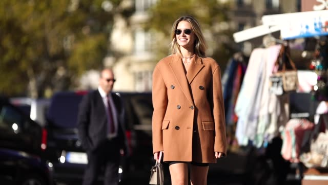 stockvideo's en b-roll-footage met helena bordon wears a brown oversized blazer jacket high boots outside rochas during paris fashion week womenswear spring/summer 2019 on september 26... - dameskleding