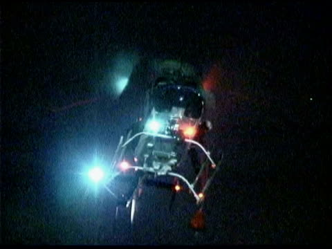 vídeos de stock e filmes b-roll de helicopter at night - helicóptero