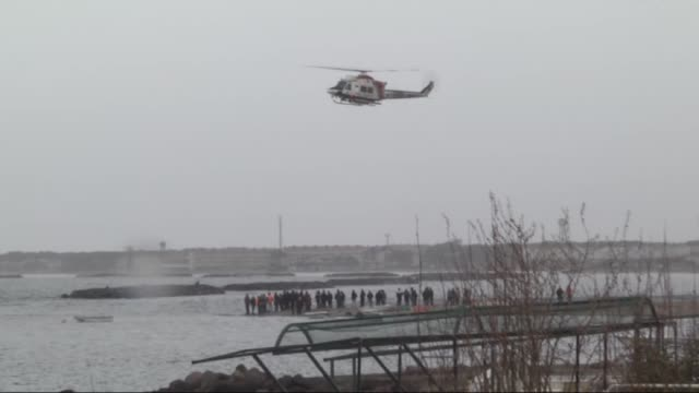 vídeos de stock e filmes b-roll de a helicopter belonging to the turkish coast guards conduct a search and rescue operation after at least 36 people drowned off turkey's aegean sea... - crise de migrantes europeia 2015 2016