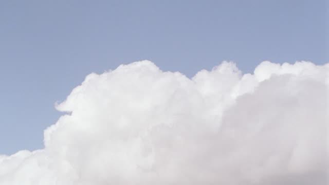 helicopter blades rotate below cumulus clouds. - 積雲点の映像素材/bロール