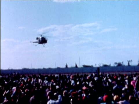 vidéos et rushes de helicopter carrying prime minister bishop abel muzorewa arrives to large crowd of supporters; 1970s - indépendance
