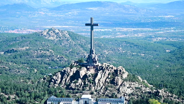 stockvideo's en b-roll-footage met helicopter carrying the remains of spanish dictator francisco franco leaves the valle de los caidos mausoleum in san lorenzo del escorial on october... - pardo