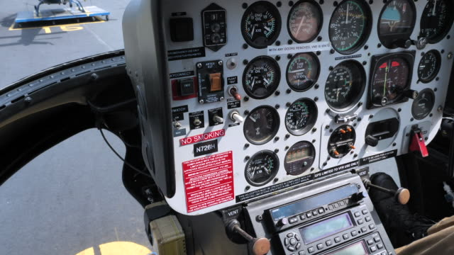 ニューヨーク市でヘリコプター コックピット ビュー飛行島 - 人の背中点の映像素材/bロール