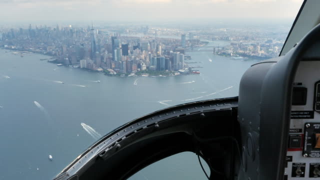 vídeos de stock e filmes b-roll de helicopter cockpit views flying over manhattan island in new york city - helicóptero