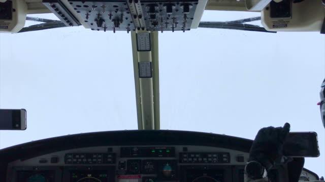 vidéos et rushes de vues de cockpit d'hélicoptère volant au-dessus du ciel - admirer le paysage