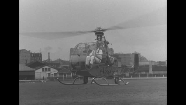 vidéos et rushes de helicopter comes in for a landing and hands off newsreel footage to man on ground who runs off / he throws parcel into sedan, enters, and speeds off,... - boîte de film