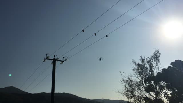 vídeos y material grabado en eventos de stock de helicóptero desaparece sobre powerline tarde cielo - vehículo aéreo