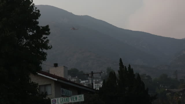helicopter during firefighting operation. bobcat fire in angeles national forest. the u.s. west is bracing for another blast of dry and windy... - sierra madre stock-videos und b-roll-filmmaterial