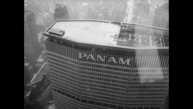 helicopter flies above the new york skyline / cu new helipad on top of the panam skyscraper / street view of helicopter above the panam building /... - metlife hochhaus stock-videos und b-roll-filmmaterial