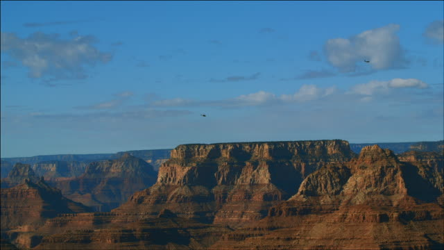 helicopter flies over grand canyon - grand canyon点の映像素材/bロール