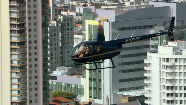 aerial helicopter fliegen über die san francisco civic center - hubschrauber stock-videos und b-roll-filmmaterial