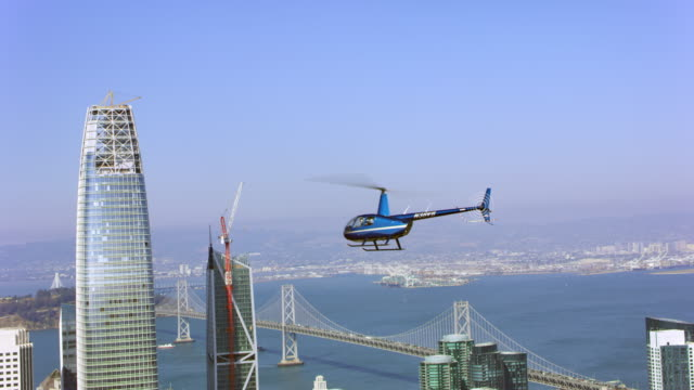 vídeos de stock e filmes b-roll de aerial helicopter flying above the skyscrapers in san francisco - helicóptero