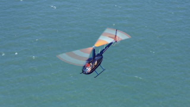 aerial helicopter fliegen dann seehöhe an einem sonnigen tag - besichtigung stock-videos und b-roll-filmmaterial