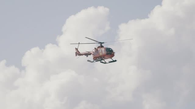 ツリートップ上空を飛ぶヘリコプター - ヘリコプター点の映像素材/bロール