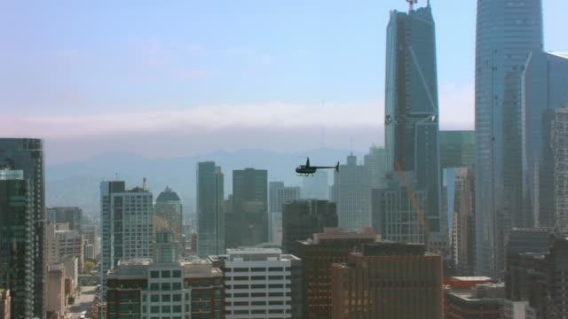 flyg helikopter flyga högt ovanför centrum av san francisco, ca - helikopter bildbanksvideor och videomaterial från bakom kulisserna