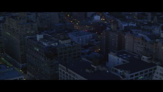 air to air, helicopter flying over midtown manhattan at night, new york city, new york, usa - helikopter bildbanksvideor och videomaterial från bakom kulisserna