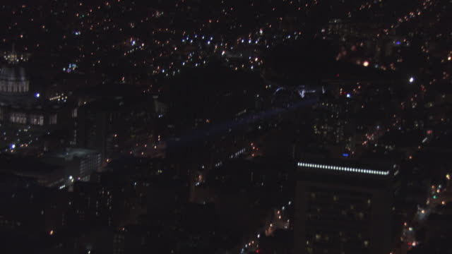 ts helicopter flying over the city with a searchlight, at night / united states - 闊銀幕 個影片檔及 b 捲影像