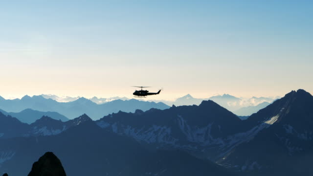 vídeos de stock, filmes e b-roll de helicóptero que voa sobre as montanhas - forma da água