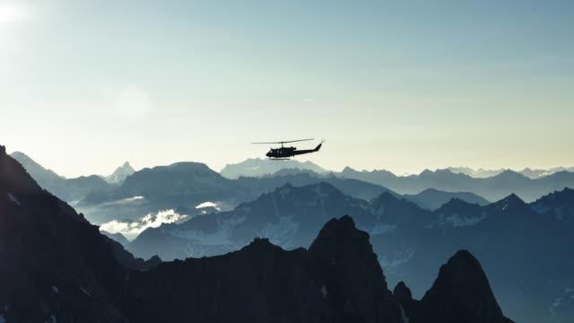 vidéos et rushes de vol d'hélicoptère au-dessus des montagnes - crête montagne