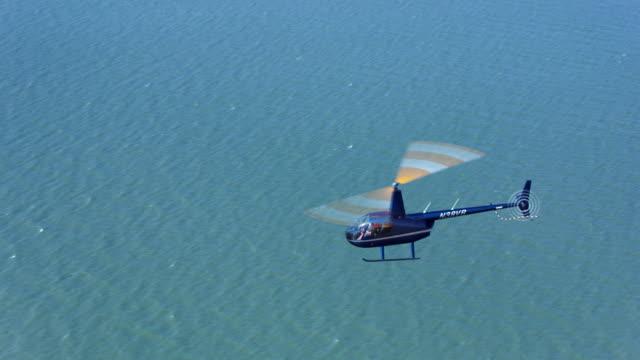 aerial helicopter fliegen über das meer in der sonne - drei personen stock-videos und b-roll-filmmaterial