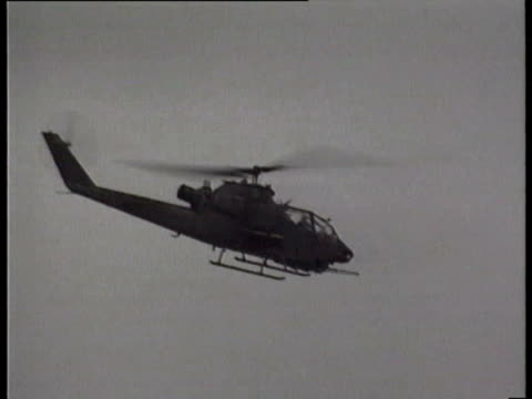 un helicopter gunships attack warlord general aideed's headquarters / helicopter gunship firing missiles at ground target / united nations troops... - 1993 bildbanksvideor och videomaterial från bakom kulisserna
