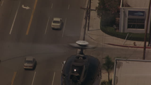 vídeos de stock e filmes b-roll de a helicopter hovering over a car chase in los angeles. - helicóptero