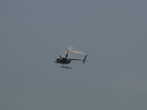 Elicottero si sofferma su oceano orizzonte