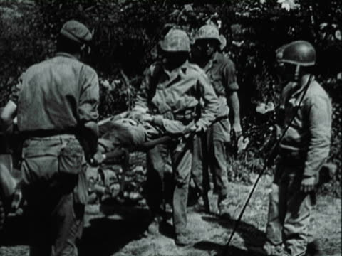 helicopter landing / soldiers tending to wounded / soldiers on stretchers / wounded loaded on to plane / soldiers on cots - 海兵隊員点の映像素材/bロール
