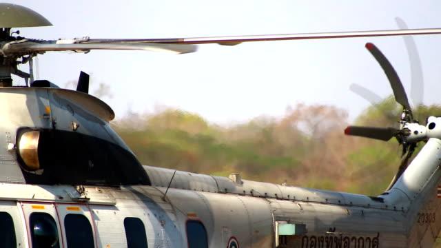 vidéos et rushes de rotors de l'hélicoptère et close-up de rotors de queue - industrie aérospatiale
