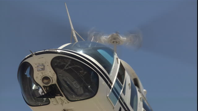 vidéos et rushes de a helicopter takes off and changes direction. - fresno