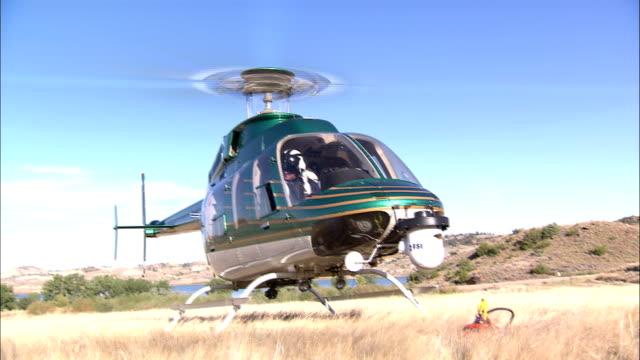 vídeos de stock e filmes b-roll de a helicopter takes off. - descolar atividade