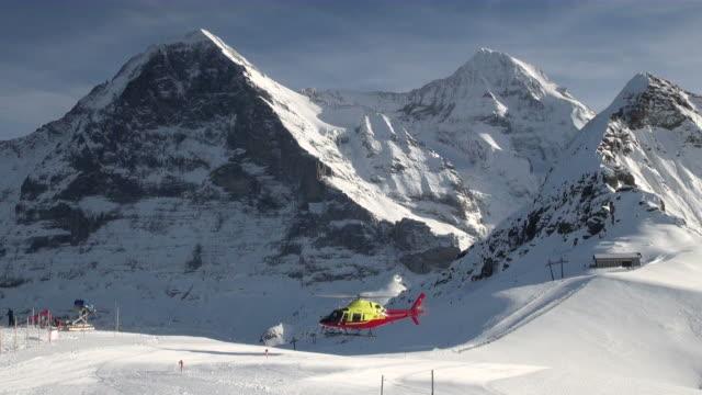 ws helicopter taking off at mannlichen / grindelwald, bernese oberland, switzerland - berner alpen stock-videos und b-roll-filmmaterial