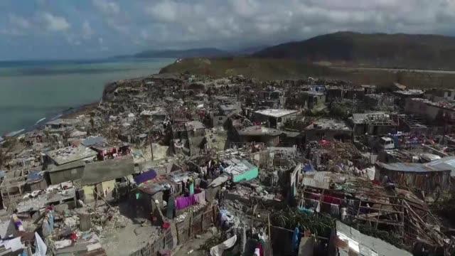 Helicopteros estadounidenses intensificaron la distribucion de ayuda humanitaria en Haiti devastada tras el paso del huracan Matthew pero el dificil...