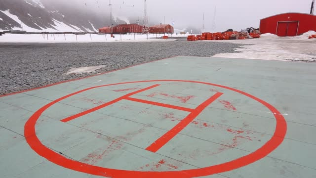 a helipad at base orcadas an argentine scientific station in antarctica and the oldest of the stations in antarctica still in operation it is located... - wetterstation stock-videos und b-roll-filmmaterial