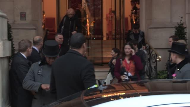 vidéos et rushes de hellen mirren leaving the langham hotel at celebrity video sightings in london on november 13, 2012 in london, england - helen mirren