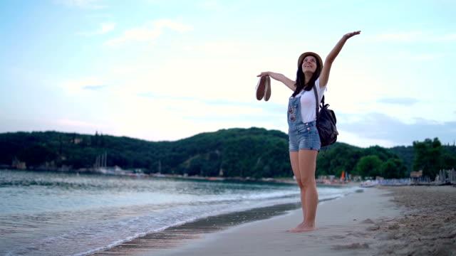 vídeos de stock, filmes e b-roll de olá férias na praia - mãos estendidas