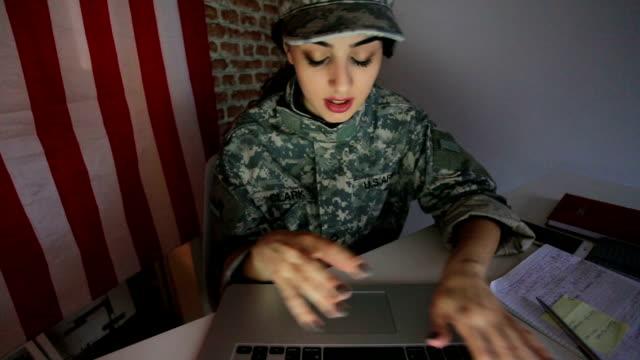 vídeos de stock e filmes b-roll de olá família! - camuflagem padrão